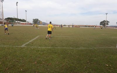 Crianças e adolescentes participam de Escolinha de Futebol