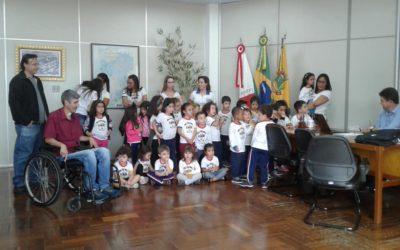 Alunos da Escola Infantil Serelepe visitaram a Prefeitura de Guaranésia nesta tarde